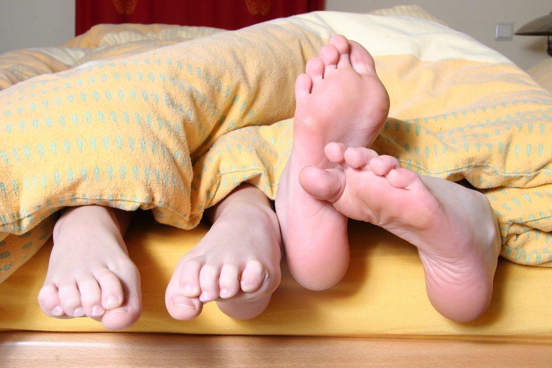 спать ногами к двери
